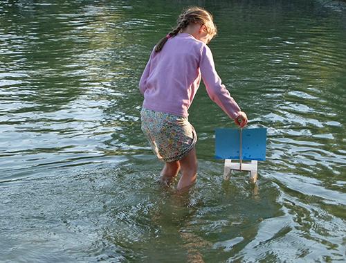 Kári , das Segelboot von Spielzeug Kraul flitzt übers Wasser!