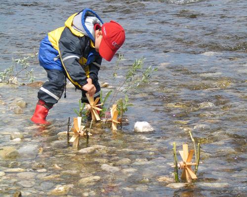 Die Kleinen Wasserräder von Spielzeug Kraul drehen sich munter im Bach