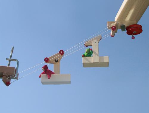 Die Mini-Seilbahn ist ein Bausatz aus Holz mit zwei Wagen und Station