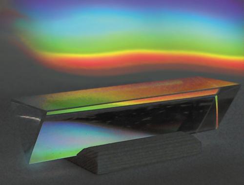 In der Sonne macht ein Prisma aus Sonnenlicht ein Stück Regenbogen