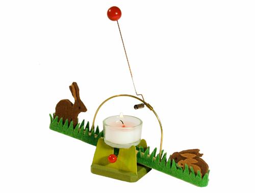 Die Hasenwippe von Spielzeug Kraul wippt von einer Kerze angetrieben